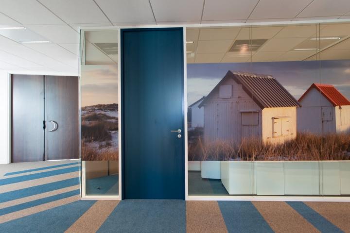 Фото пейзажа на стене офиса