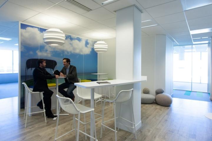 Фото на стенах офиса - отдел белого цвета
