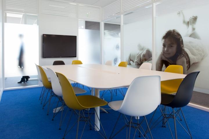 Фото детей на стенах офиса - дизайнерская мебель в конференц-зале
