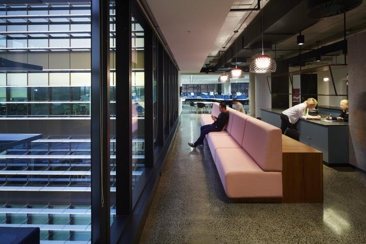 Длинный диван в помещении компании Fujitsu