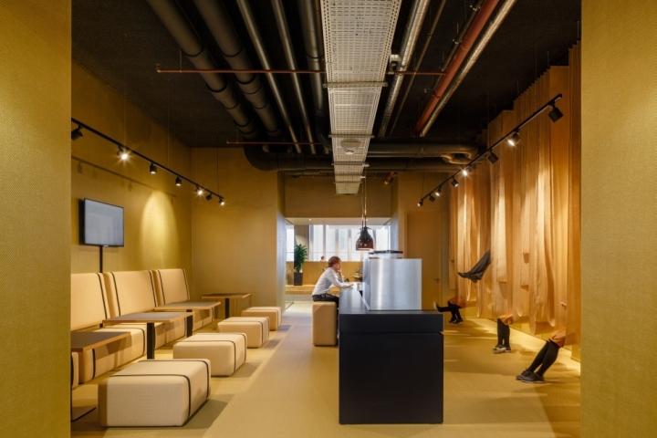 Функциональный дизайн офиса: светлое помещение в мягких и тёплых тонах
