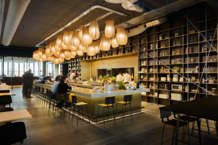 Функциональный дизайн офиса: ресторан с удлинённой барной стойкой посередине