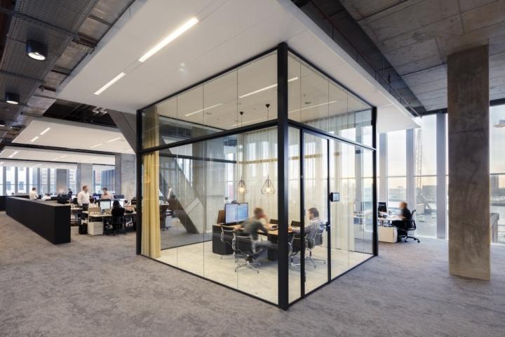 Функциональный дизайн офиса: прозрачная комната для персонального общения