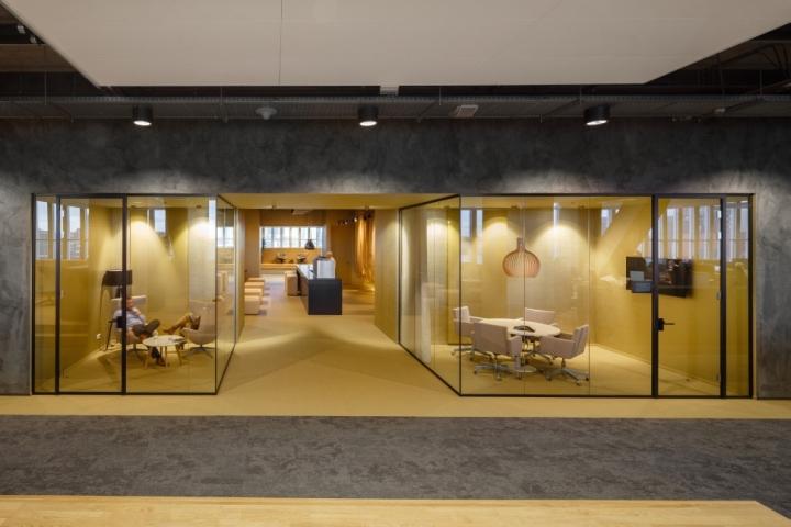 Функциональный дизайн офиса: зоны отдыха в тёплых тонах