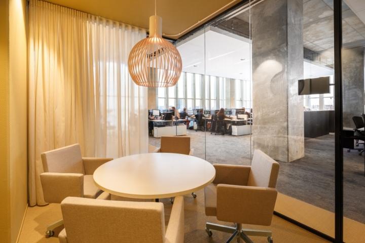 Функциональный дизайн офиса: мягкая мебель и общий столик