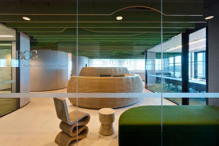 Гармоничный интерьер офиса с необычной мебелью
