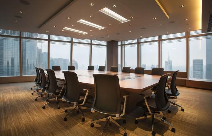 Гармоничный интерьер офиса: зал для совещаний
