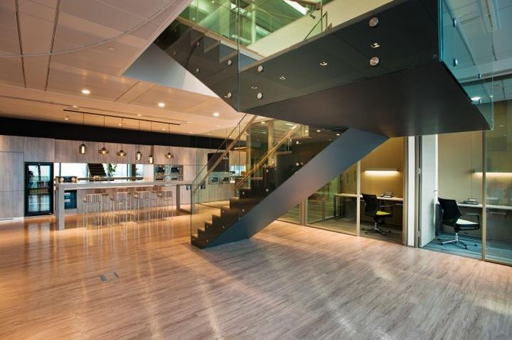 Гармоничный интерьер офиса с лестницей на второй этаж