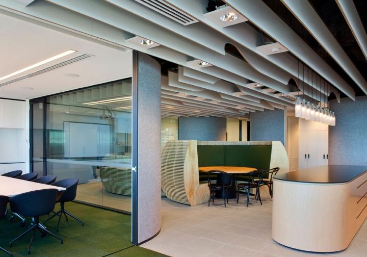 Гармоничный интерьер офиса: серые стены и стеклянные перегородки