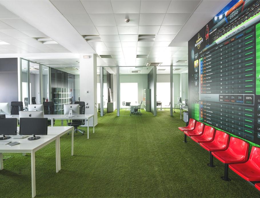 Просторный рабочий зал в офисе