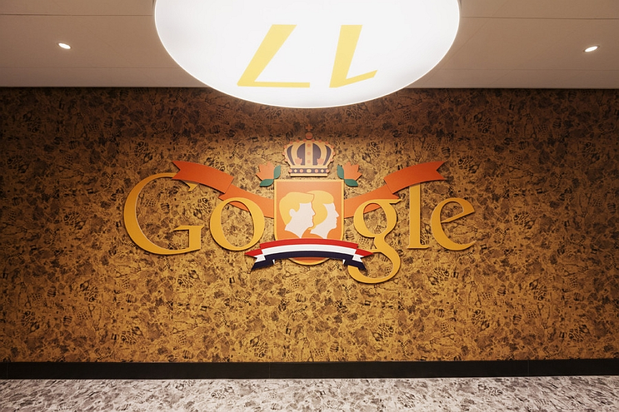 Логотип «Google» на стене офиса в Нидерландах