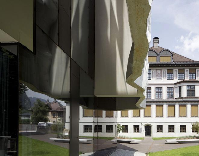Гимназия с помятой стеной