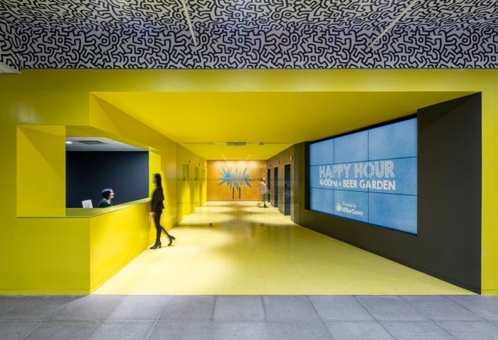 Ярко-жёлтый лобби в офисе медийной компании Initiative Media в Нью-Йорке