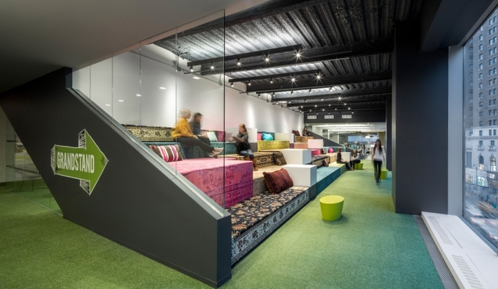Многоуровневые трибуны для отдыха персонала в офисе медийной компании Initiative Media в Нью-Йорке