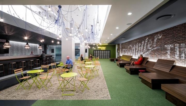 Место для отдыха с барной стойкой и деревянными скамейками в офисе медийной компании Initiative Media в Нью-Йорке