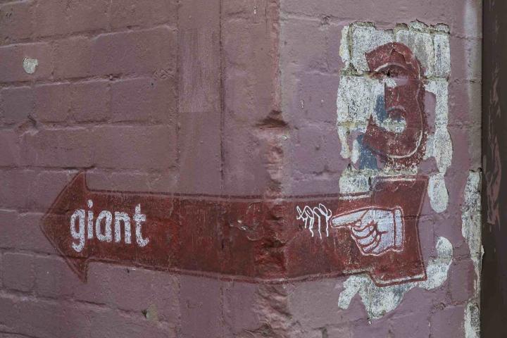 Указатель на кирпичной стене