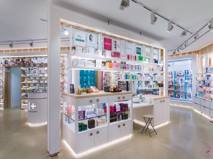 Интерьер аптеки: стены подсвечиваются с помощью подвижных софитов