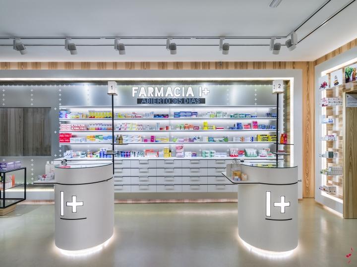 Интерьер аптеки: секция с медикаментами