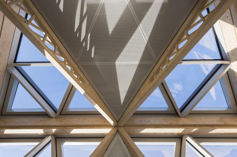 Геометрическая крыша в интерьере больницы
