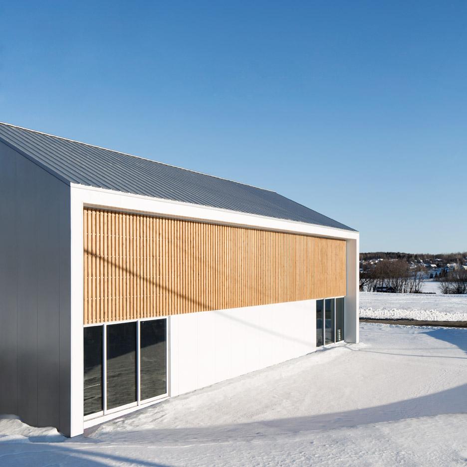 Светлый экстерьер здания фитнес центра с деревянными вставками