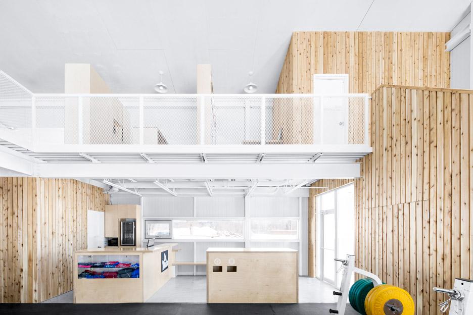 Белый потолок в интерьере фитнес центра