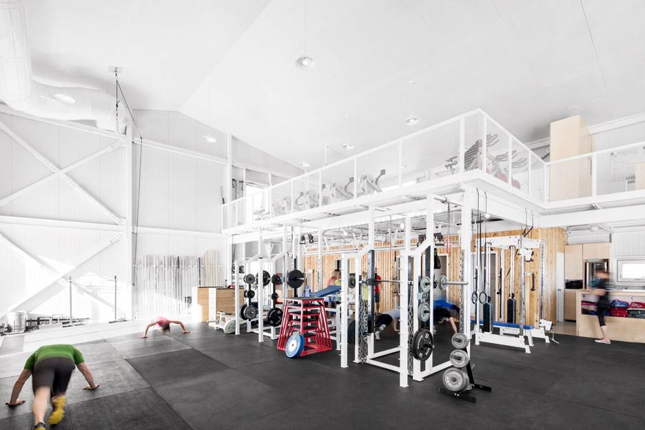 Белые металлические перила в интерьере фитнес центра