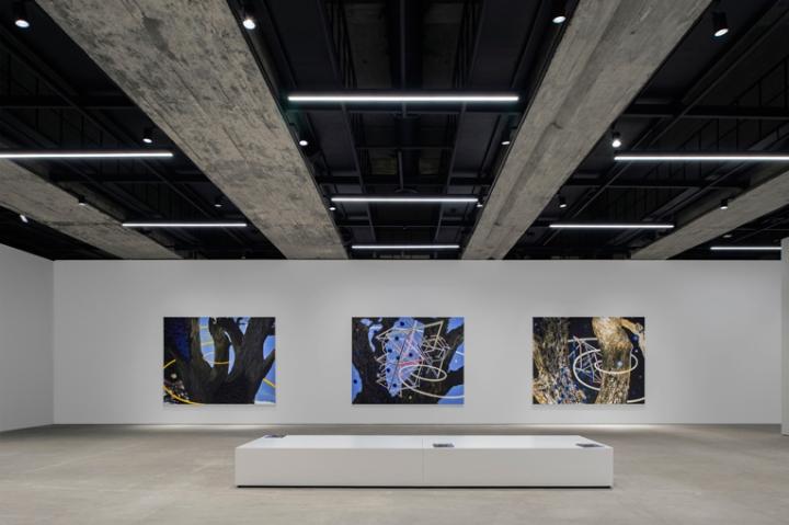 Интерьер галереи: потолок с отсылкой к истории