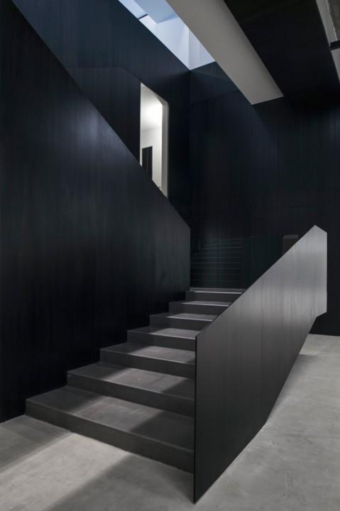 Интерьер галереи: элегантная строгая лестница