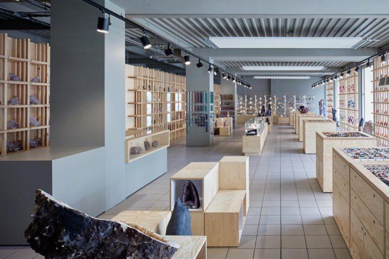 Интерьер галереи: просторные светлые помещения