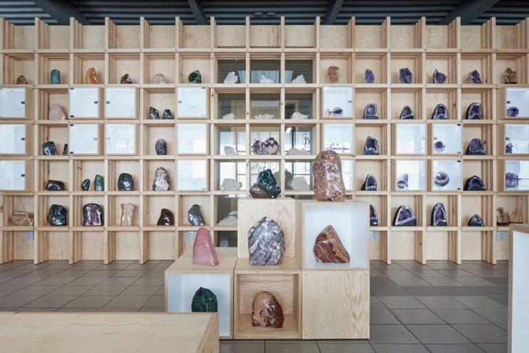 Интерьер галереи: камни, как элемент декора