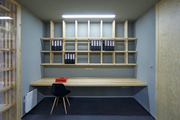 Интерьер галереи: рабочий стол