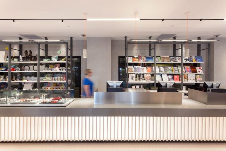 Интерьер галереи - стойка длиной 10,5 метров