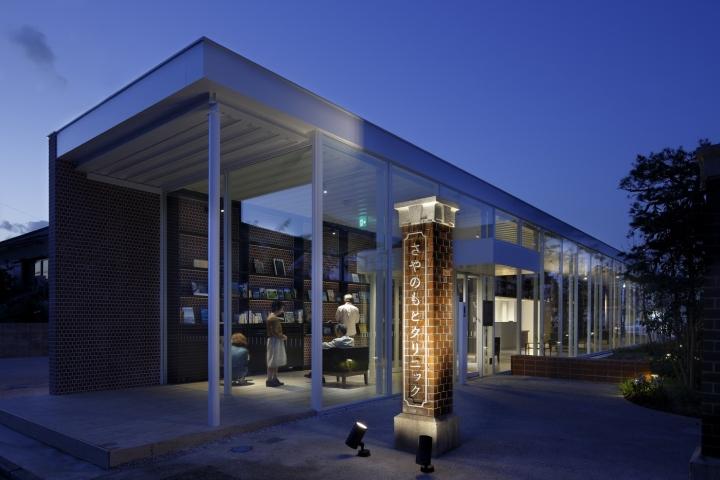 Интерьер клиники: стела с названием заведения