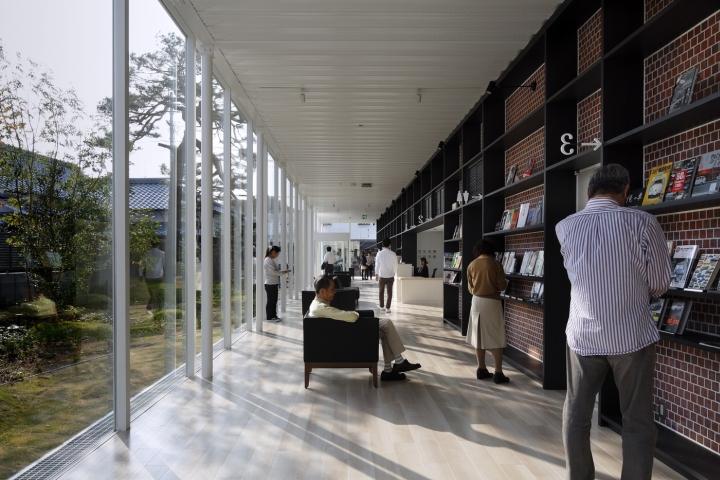 Интерьер клиники: места для чтения
