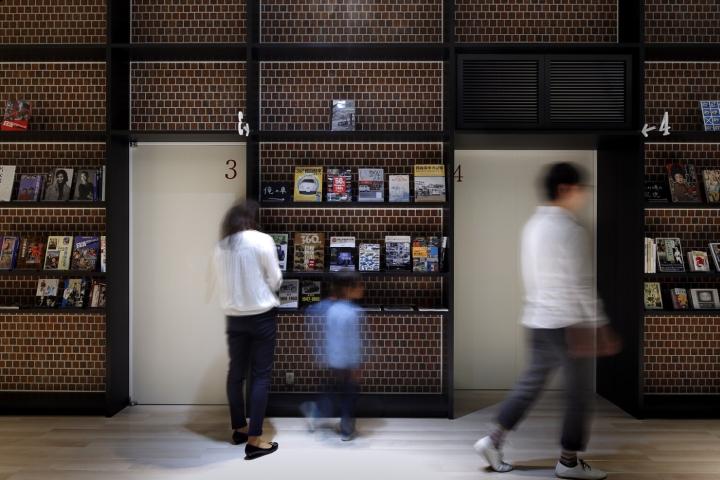 Интерьер клиники: книжные полки