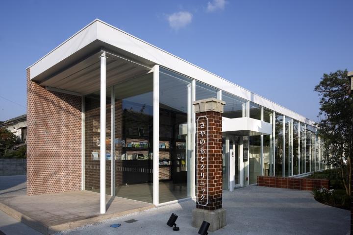 Интерьер клиники: белый цвет и кирпич в оформлении фасада