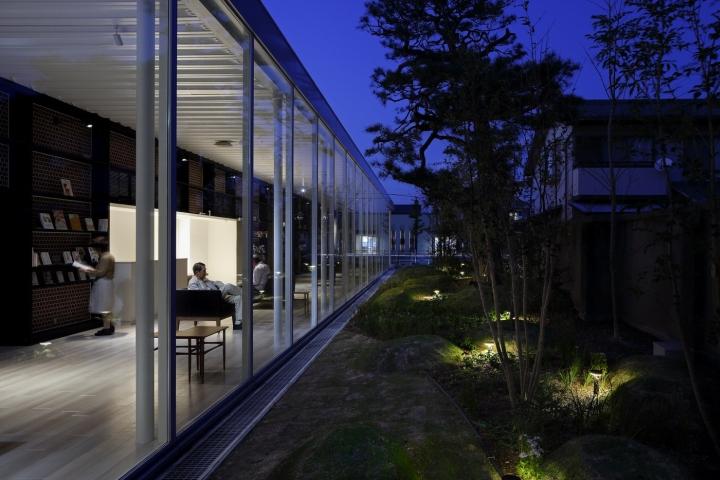 Интерьер клиники: садовые светильники