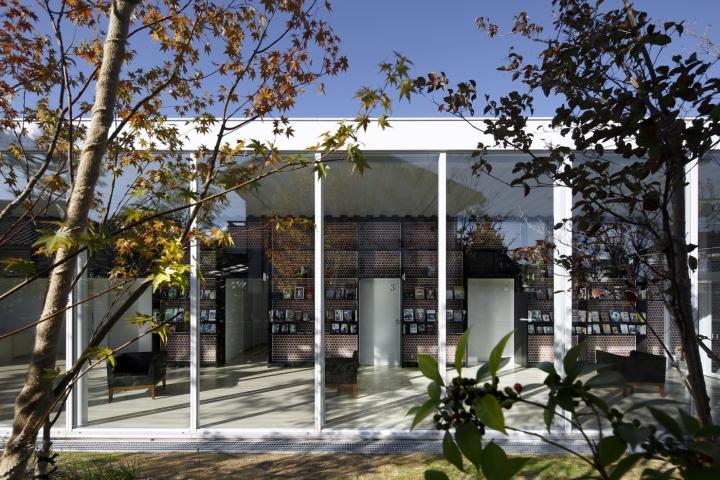 Интерьер клиники похож на библиотеку