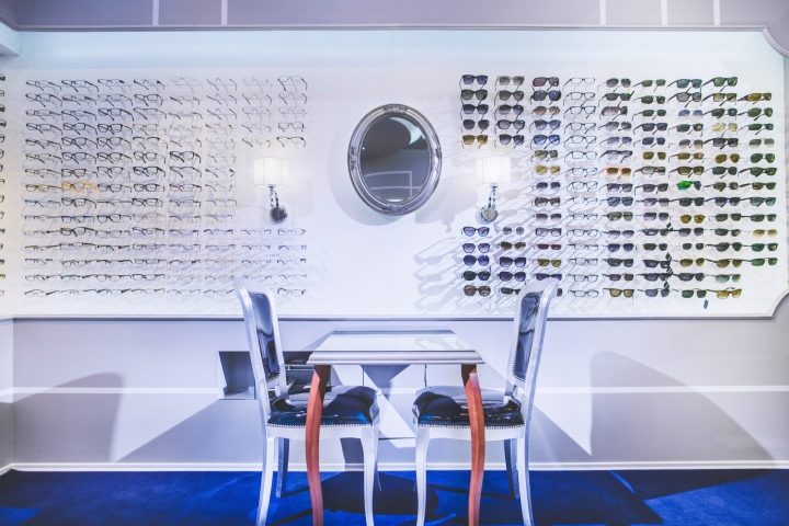 Интерьер магазина оптики: стулья с изогнутыми ножками