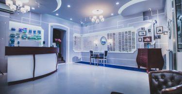 Интерьер магазина оптики в венгерском городе Шопроне