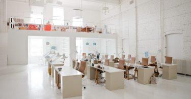 Растворится в сияющем великолепии белого цвета, вам поможет интерьер маленького офиса Totokaelo