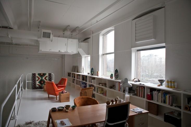 Большие окна в интерьере маленького офиса