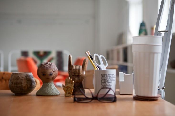 Керамические скульптуры на столе в интерьере маленького офиса