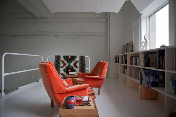 Ярко-красные кресла в интерьере маленького офиса