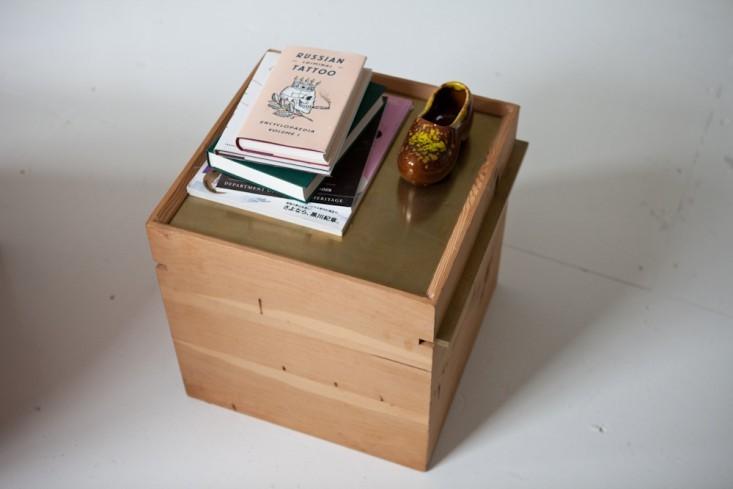 Кофейный столик из дерева в интерьере маленького офиса