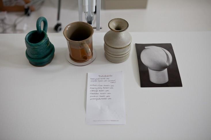 Керамические кружки в интерьере маленького офиса