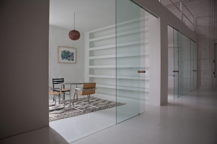 Стеклянные двери в интерьере маленького офиса