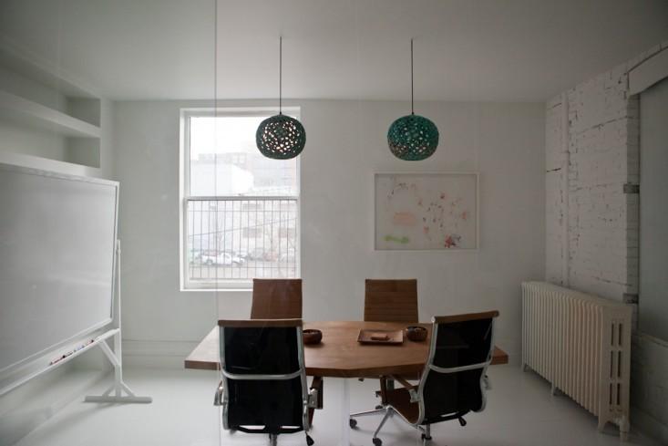 Необычные подвесные светильники в интерьере маленького офиса