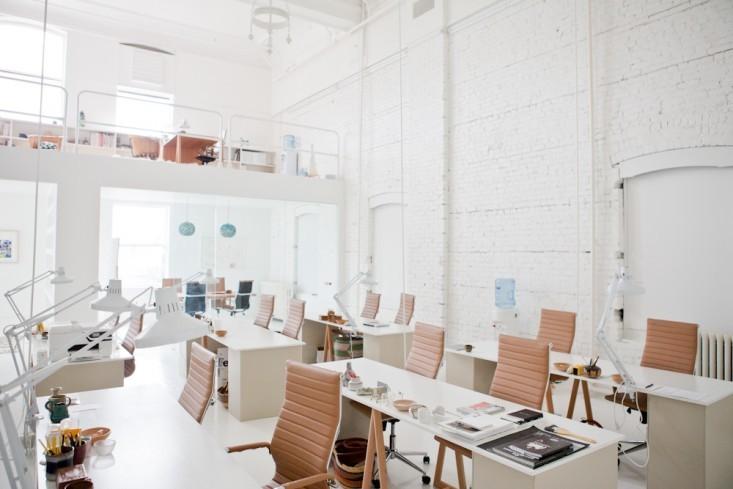 Рабочие столы белого цвета в интерьере маленького офиса