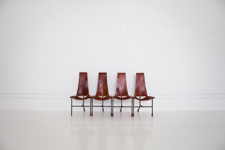 Необычный дизайн стульев для посетителей в интерьере маленького офиса
